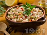 Лесна бобена салата с боб от консерва или буркан, зелени и червени чушки, лук и магданоз